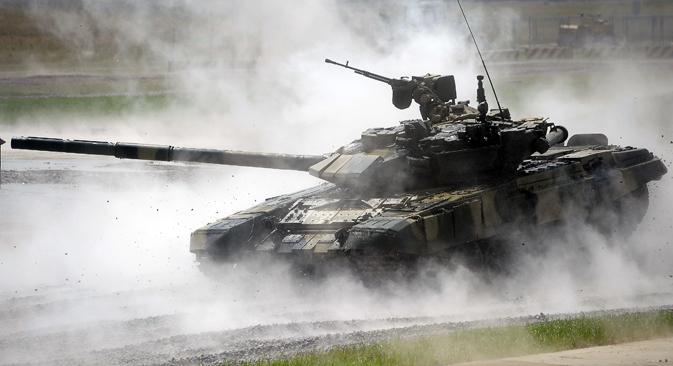 """У случају да се политика замене увоза реализује до 2020, од западних испоручилаца за """"најкритичније"""" гране индустрије може се рачунати на смањење са 70–90% на 50–60%. На слици: тенк Т-90. Извор: ТАСС."""