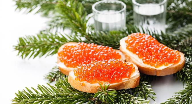Црвени кавијар, вотка и јелка - уобичајени призор у већини руских домова током новогодишње ноћи. Извор: Lori / Legion Media.