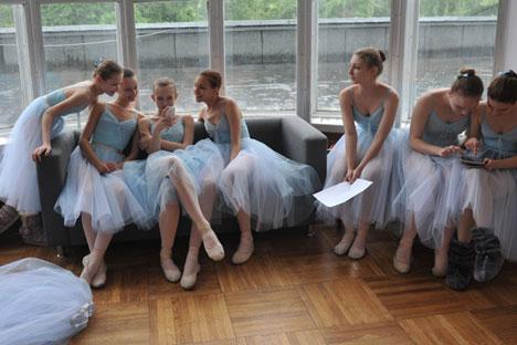 """Упркос свим тешкоћама које уметничке професије собом носе, изузетно велики број деце у Русији жели да се бави уметношћу. Извор: РИА """"Новости""""."""