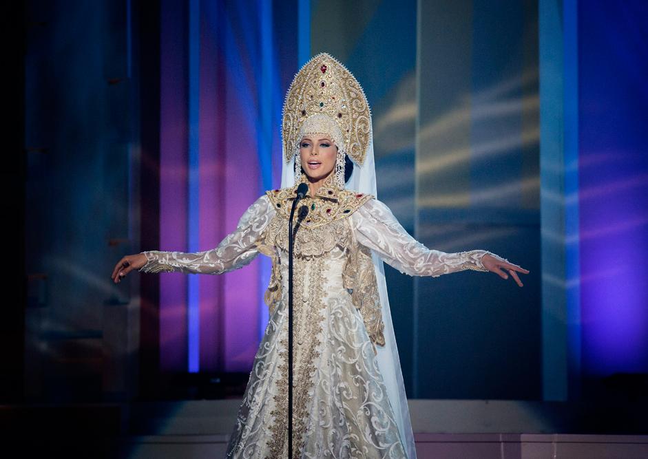 Miss Russia Yulia Alipova berpose memakai kostum nasional Rusia.