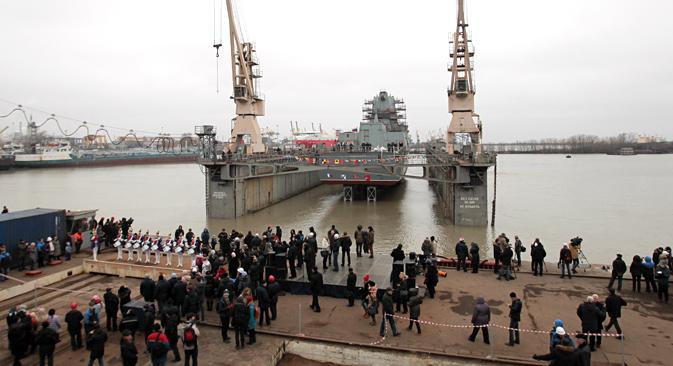 """Свечана церемонија поринућа фрегате """"Адмирал Касатонов"""" у Санкт Петербургу. Фрегате овога типа су први велики борбени надводни бродови намењени за дејства у удаљеним подручјима Светског океана у потпуности пројектовани и изграђени у постсовјетској Русији. Извор: РИА """"Новости""""."""