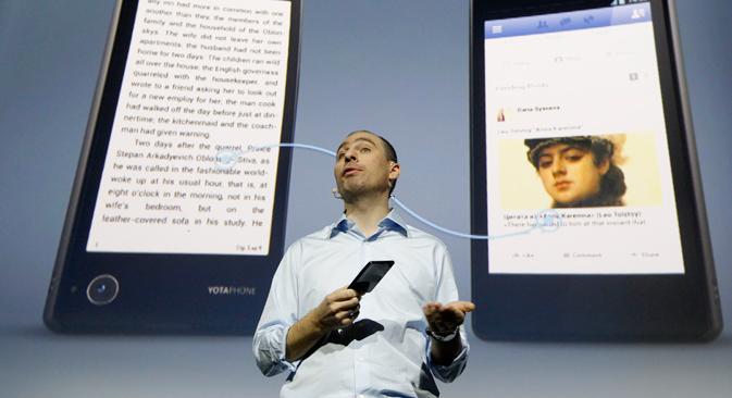"""Владислав Мартинов, извршни директор компаније """"Yota Devices"""", на презентацији Јотапеда. Извор: Reuters."""