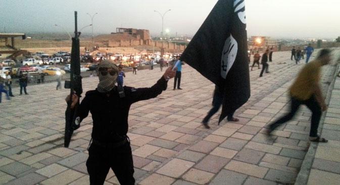"""Према речима експерата, чак и у случају да се нафтна постројења у потпуности униште, новац од муслимана из целог света ће наставити да се слива у """"Исламску државу"""". Извор: Reuters."""
