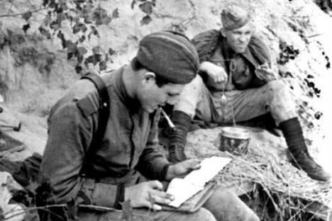 Руси се поносе по томе што много читају, и своју пасију су демонстрирали и у најтежим тренуцима своје историје. Извор: Press Photo.