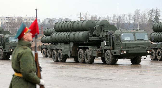 """Зенитно-ракетни комплекс С-400 на проби за Параду Победе. Извор: Виталиј Белоусов / РИА """"Новости""""."""
