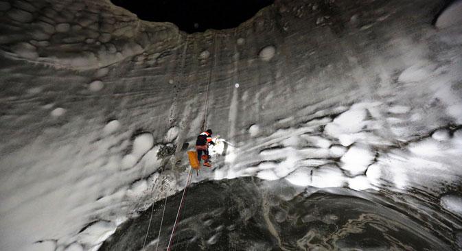 Члан научне експедиције спушта се у један од јамалских кратера у новембру 2014. Извор: Руски центар за истраживање Арктика.