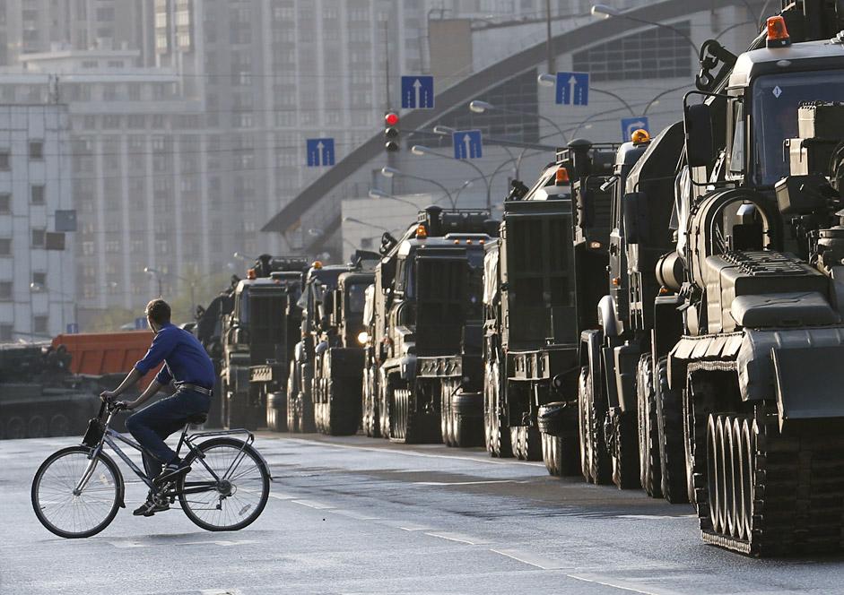 Una colonna di mezzi militari sfila per le strade di Mosca, a pochi giorni dalla parata del 9 maggio 2015