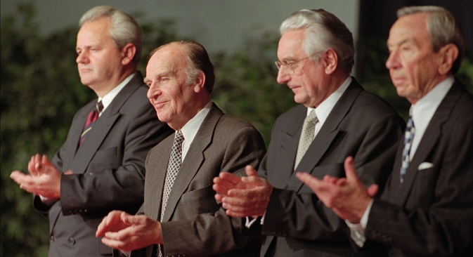 Слободан Милошевић, Алија Изетбеговић и Фрањо Туђман са тадашњим америчким државним секретаром Вореном Кристофером после потписивања мировног споразума 21. новембра 1995. Фотографија: AP