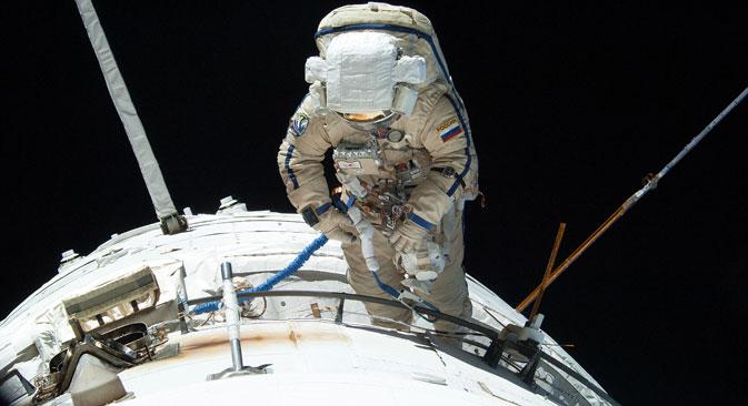 Радни језик на Међународној космичкој станици је енглески, међутим сви космонаути до МКС стижу руским космичким бродом. Извор: NASA.