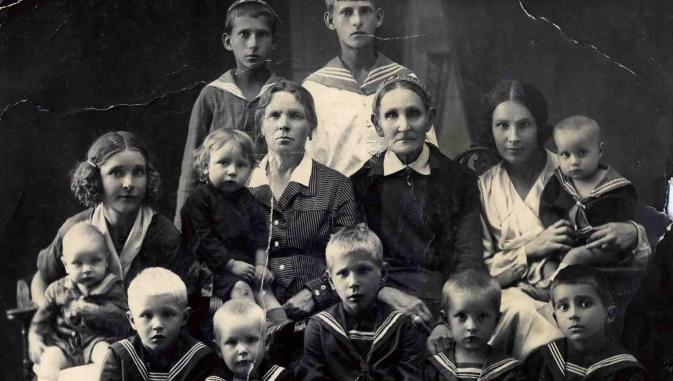 Степан Соснин на рукама своје баке (у центру). Фотографија из личне архиве