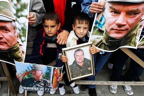 Протест у знак подршке Ратку Младићу у насељу Калиновик 29. маја 2011. Фотографија: Reuters.