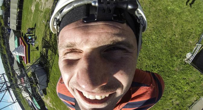 Љубитељ екстремних спортова прави селфи за време скока. Фотографија: Сергеј Савостјанов / ТАСС.