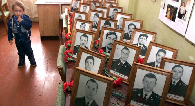"""Портрети жртава експлозије на нуклеарној подморници """"Курск"""". Фотографија: Reuters."""