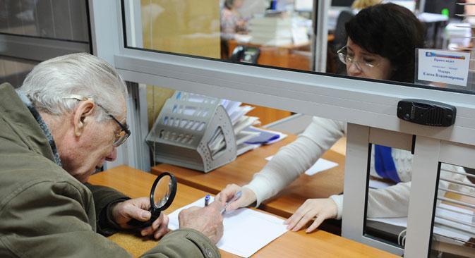 Пензионер попуњава формулар на шалтеру Руског пензионог фонда у Рјазању. Фотографија:  Александар Рјумин  / ТАСС.
