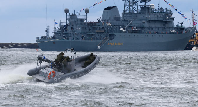 """Осматрачки брод """"Јуриј Иванов"""" учествује у паради поводом Дана руске ратне морнарице у Балтијску. Фотографија: Виталиј Невар / ТАСС."""