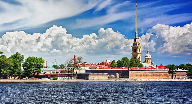 Плажа испред Петропавловске тврђаве је најомиљеније место за купање у Санкт Петербургу. Фотографија: Shutterstock / Legion-Media.