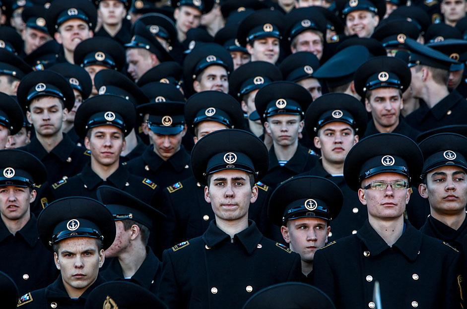 Sankt Petersburg: Offiziersschüler der staatlichen Marineakademie S.O. Makarow bei der feierlichen Zeremonie des Fahneneides.