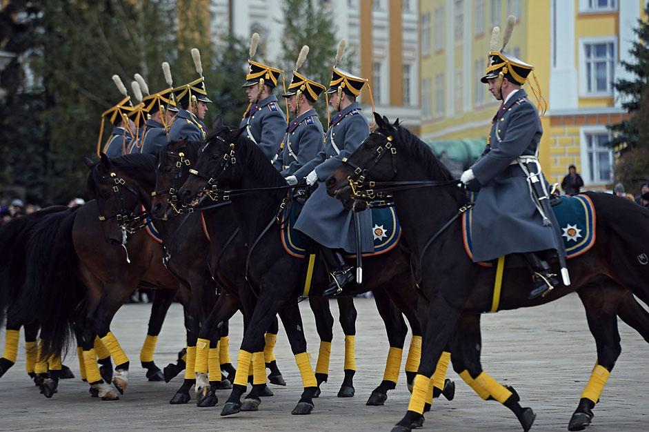 Miembros de la guardia presidencial de caballería durante el cambio de guardia en la Plaza de la Catedral del Kremlin.