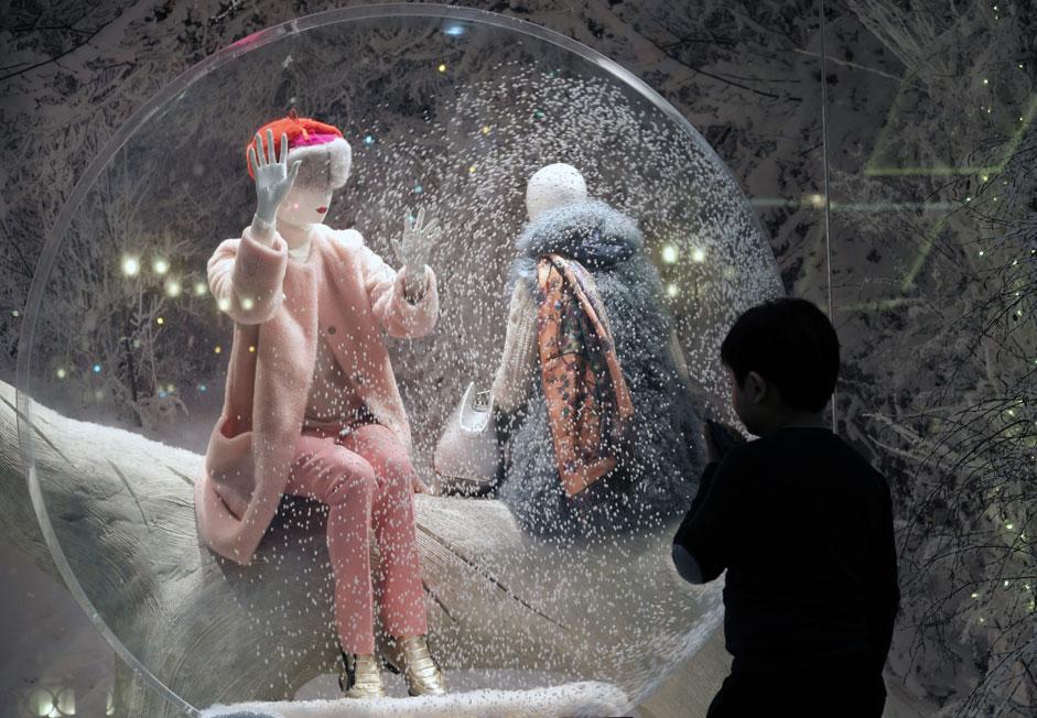 Омилениот празник на Русите е зад вратата. Москва веќе почна да се украсува за дочекот на Новата година, а доказ за тоа е и поставувањето новогодишни декорации во Државниот трговски центар.