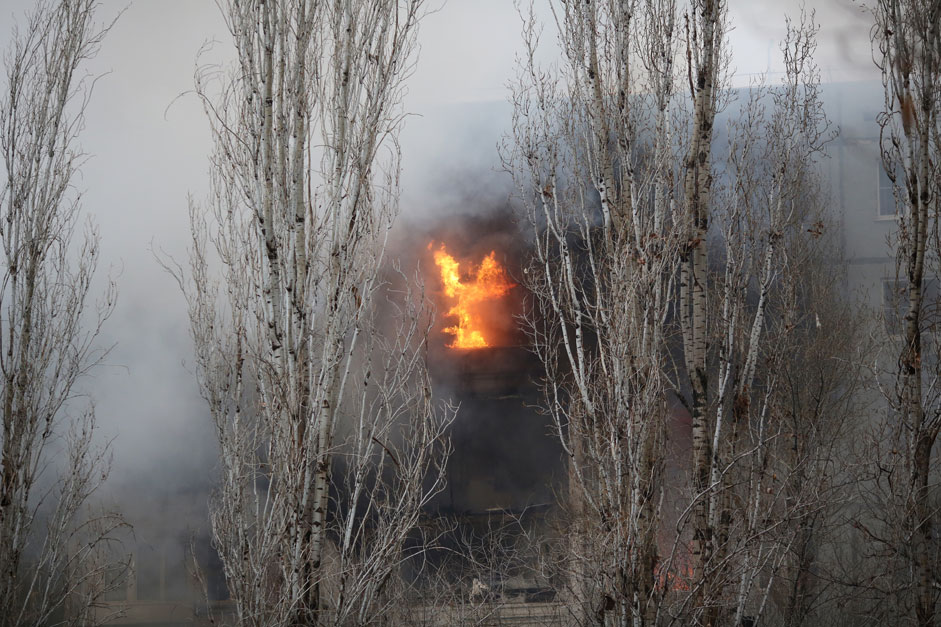 Пожар в разрушенном в результате взрыва бытового газа многоэтажном доме по улице Космонавтов в Волгограде.