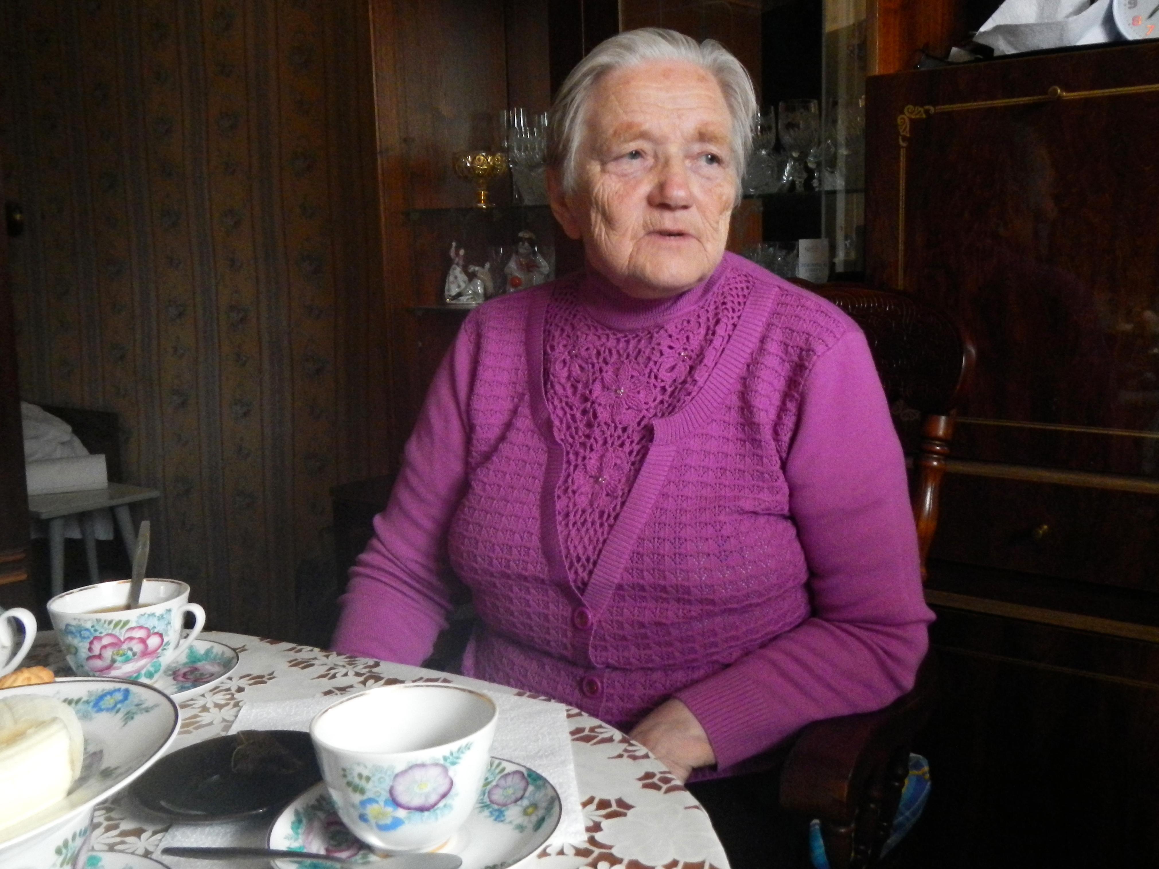Зинаида. Рођена је у ижорској породици. Била је дете кад је почео рат. Преживела је ужасе немачке окупације и била у концентрационом логору. Дуго се бавила риболовом, и у више наврата је ризиковала живот за време буре. Илустрација: Олег Скрипњик.