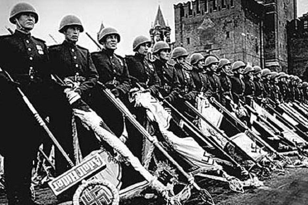 Na Paradi Pobjede 24. lipnja 1945. zastave poražene nacističke Njemačke bačene su ispred Lenjinovog mauzoleja.