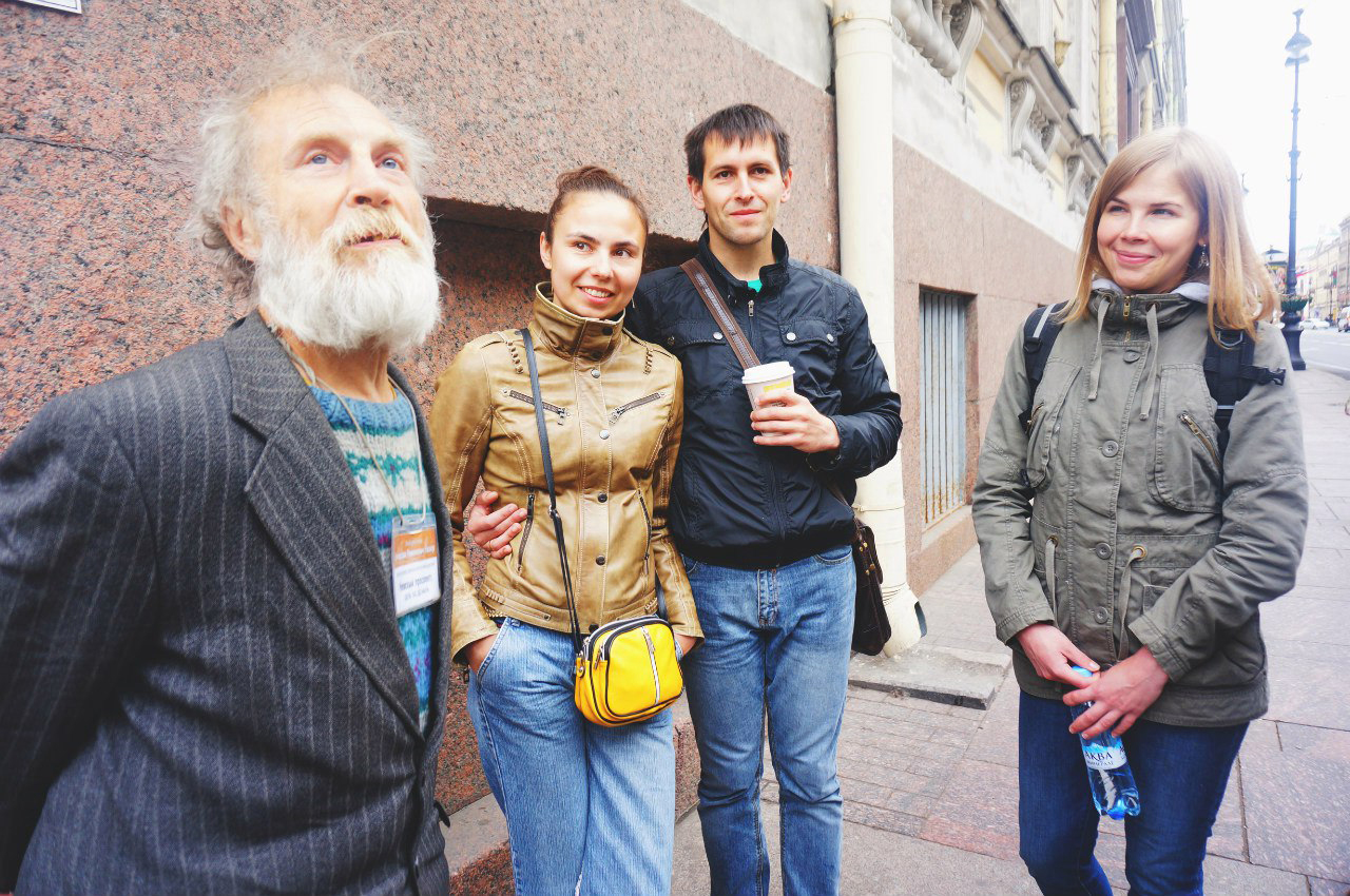 Vyacheslav Rasner durante un&#39escursione per le vie centrali di San Pietroburgo