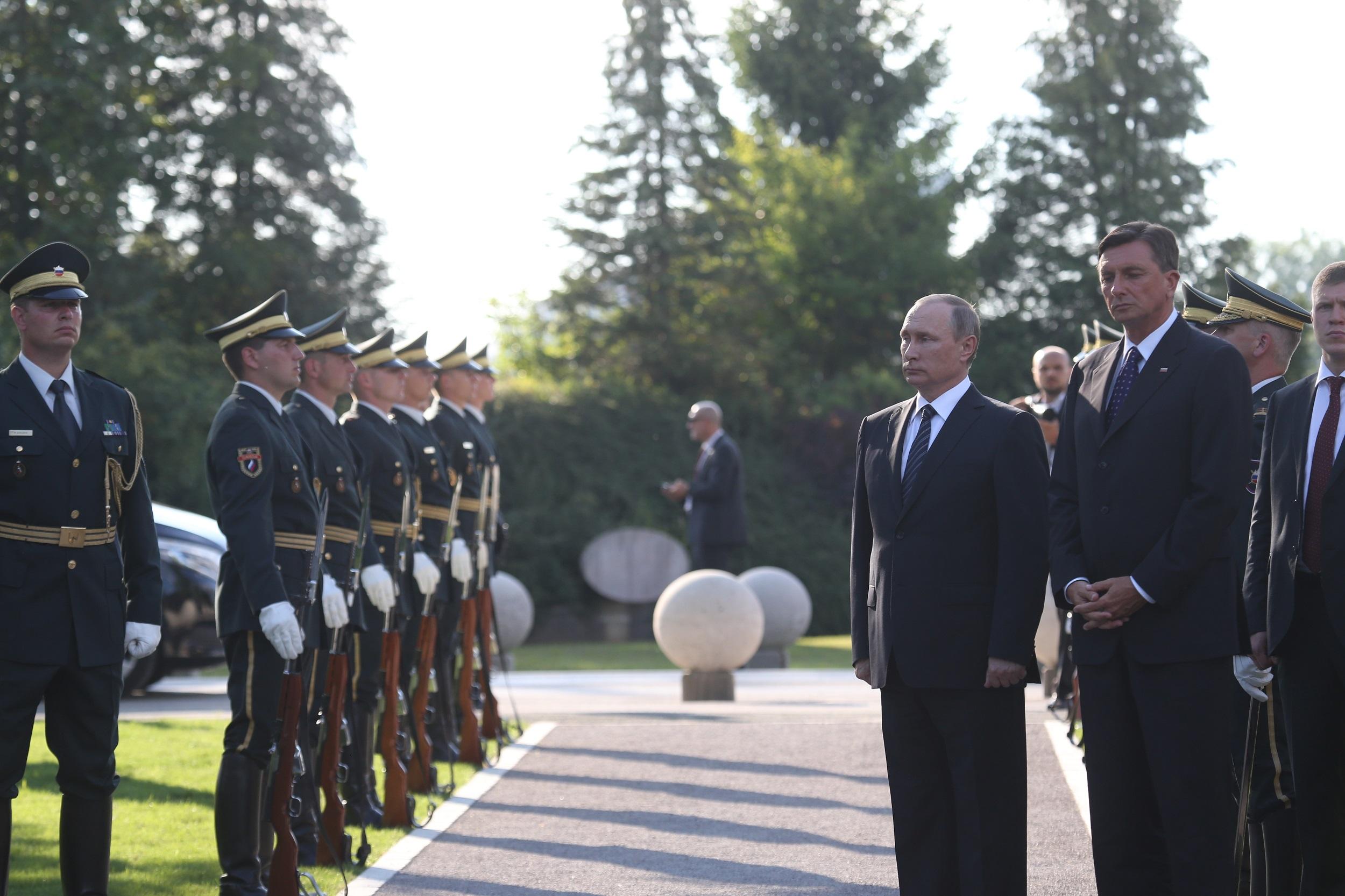 Ruskega predsednika Vladimirja Putina je šele na Žalah pričakala častna četa.