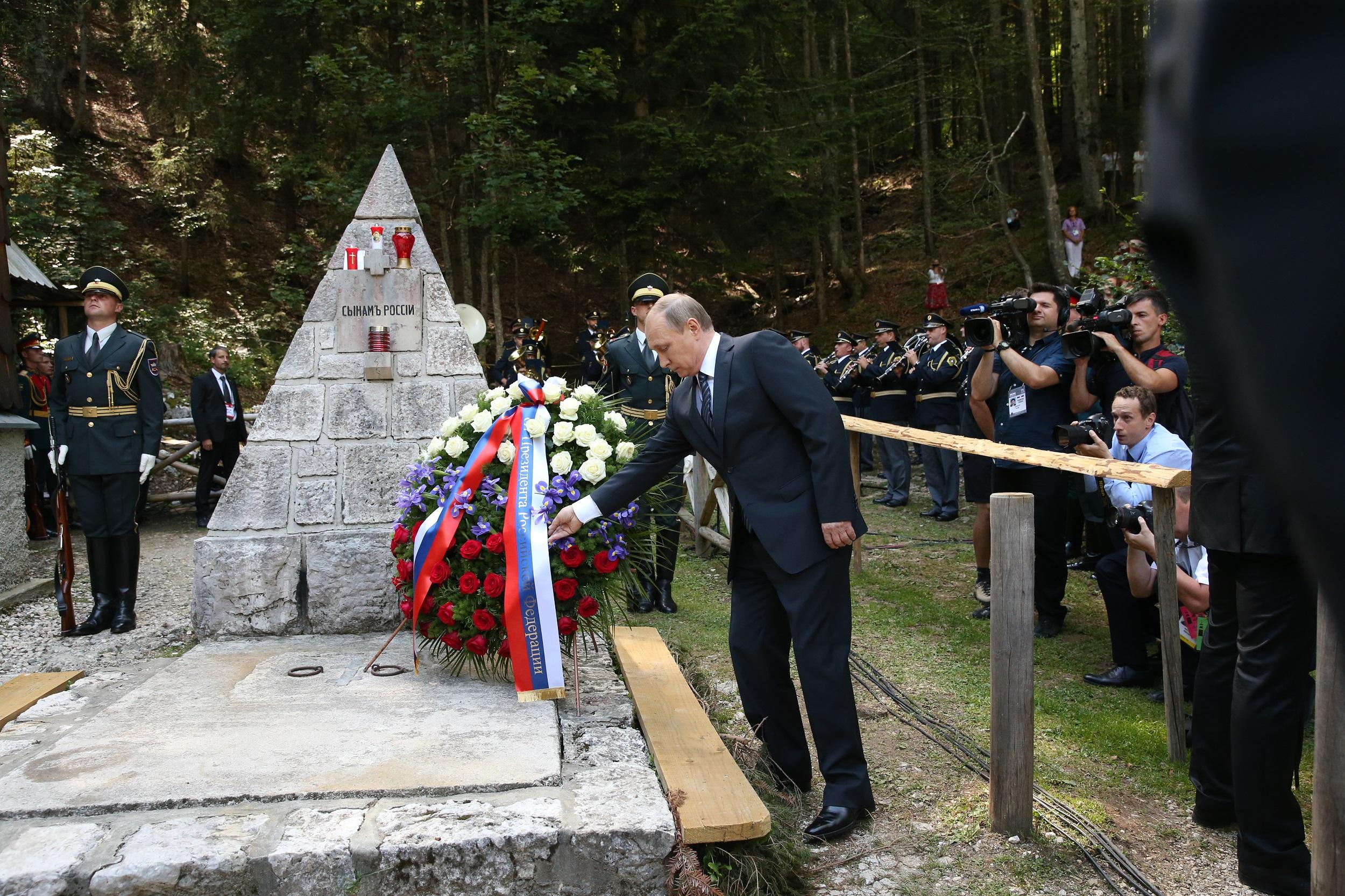 """Ruski predsednik Vladimir Putin polaga venec na spomenik """"Sinovom Rusije""""."""