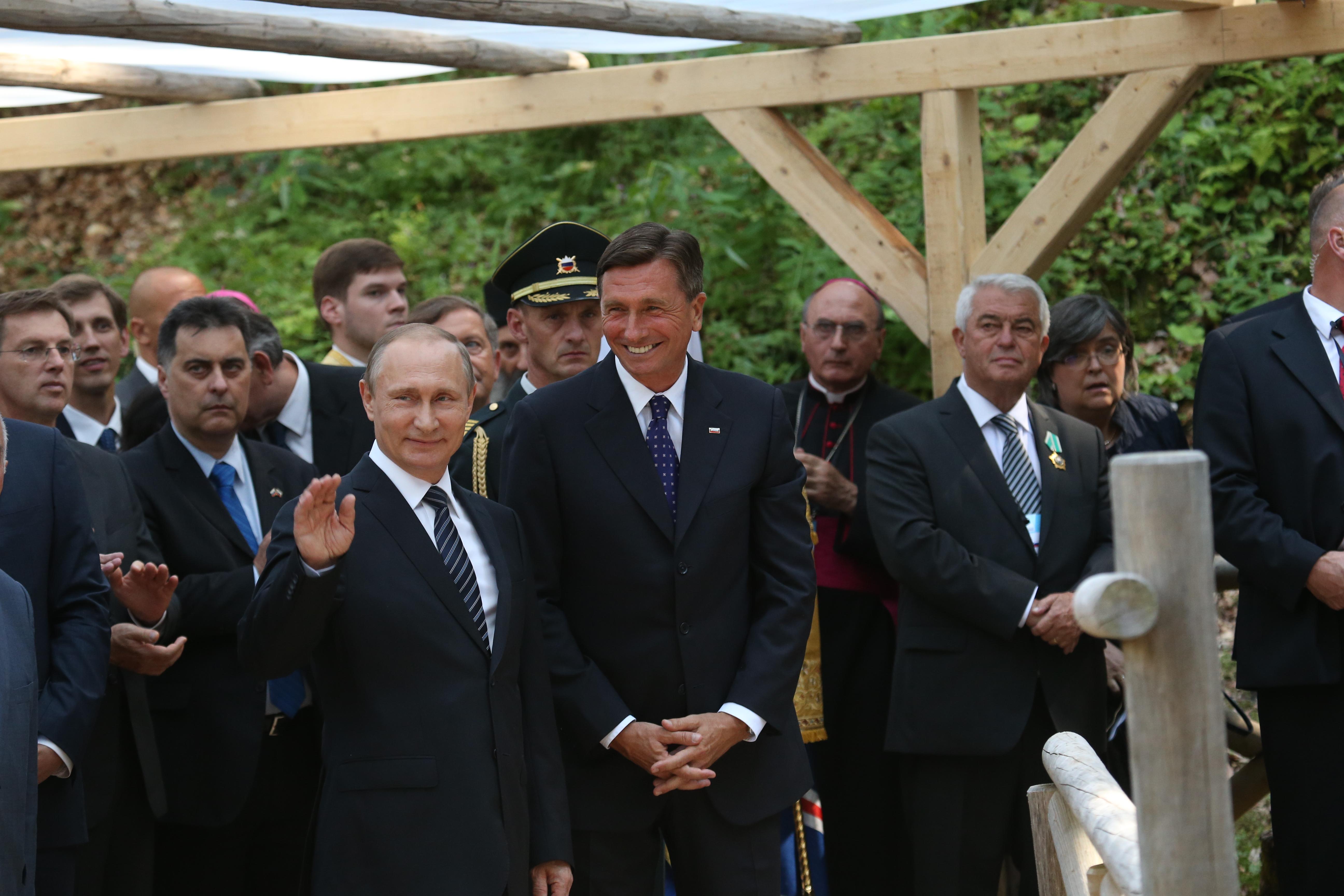 Ruski predsednik Vladimir Putin maha obiskovalcem, ki so ga na Vršiču zelo lepo sprejeli.