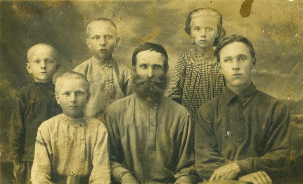 Stepan Karagodin (Mitte) mit seinen Kindern auf einem Archivbild. Einige Jahre später wird er verhaftet und erschossen.