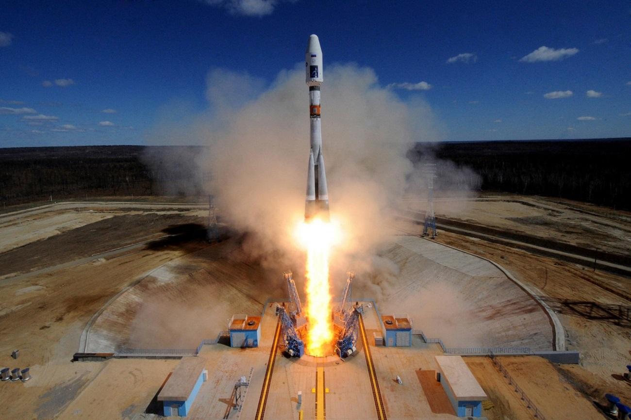 28 de abril. Primeiro lançamento espacial é realizado a partir do cosmódromo de Vostochny, na região de Amur. Vostochny é o primeiro cosmódromo civil da Rússia. A primeira missão tripulada deverá ser lançada a partir dessa base após 2023.