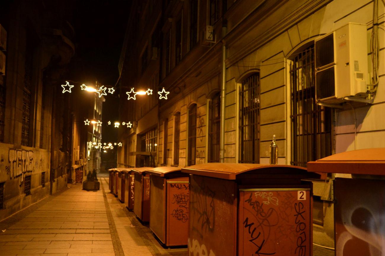 """""""Остадосмо у Београду, где се чинило да је време стало. А заправо га је остало још много до зоре, али је град већ готово опустео"""""""