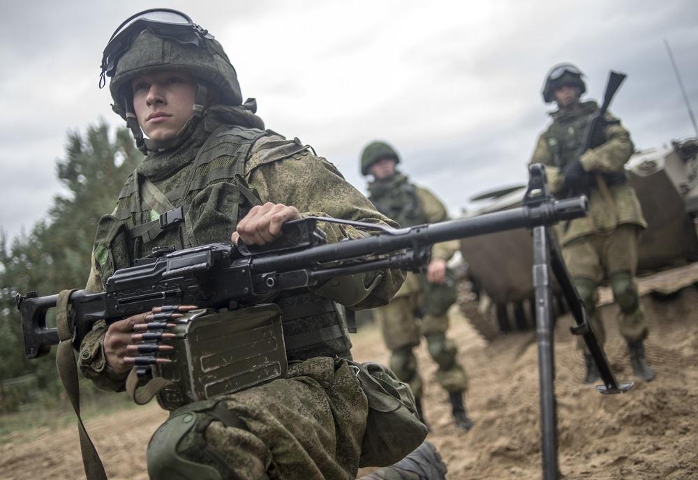 Tiga unit militer Rusia, yaitu Pasukan Penerjung Payung Rusia, Pasukan Kedirgantaraan Rusia, dan Armada Laut Hitam Rusia melakukan latihan gabungan di lapangan tembak Opuk di Krimea pada hari Senin (20/3).