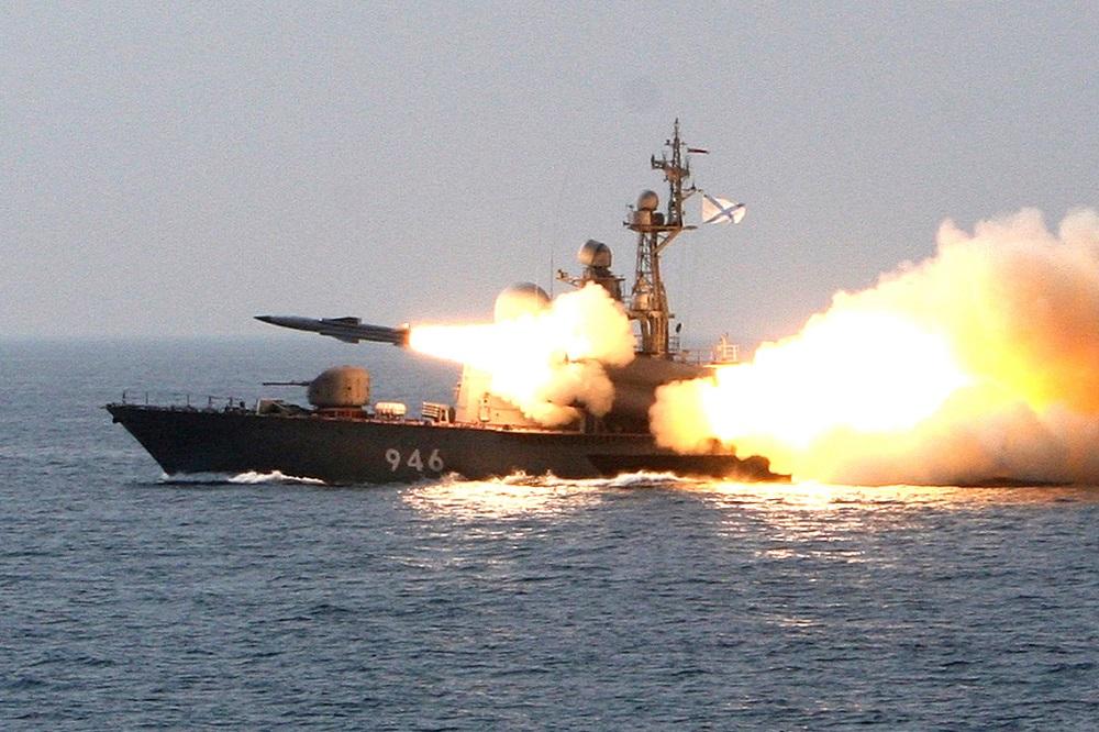Sebuah misil antikapal supersonik Moskit ditembakkan dari sebuah kapal selama latihan di Laut Jepang.