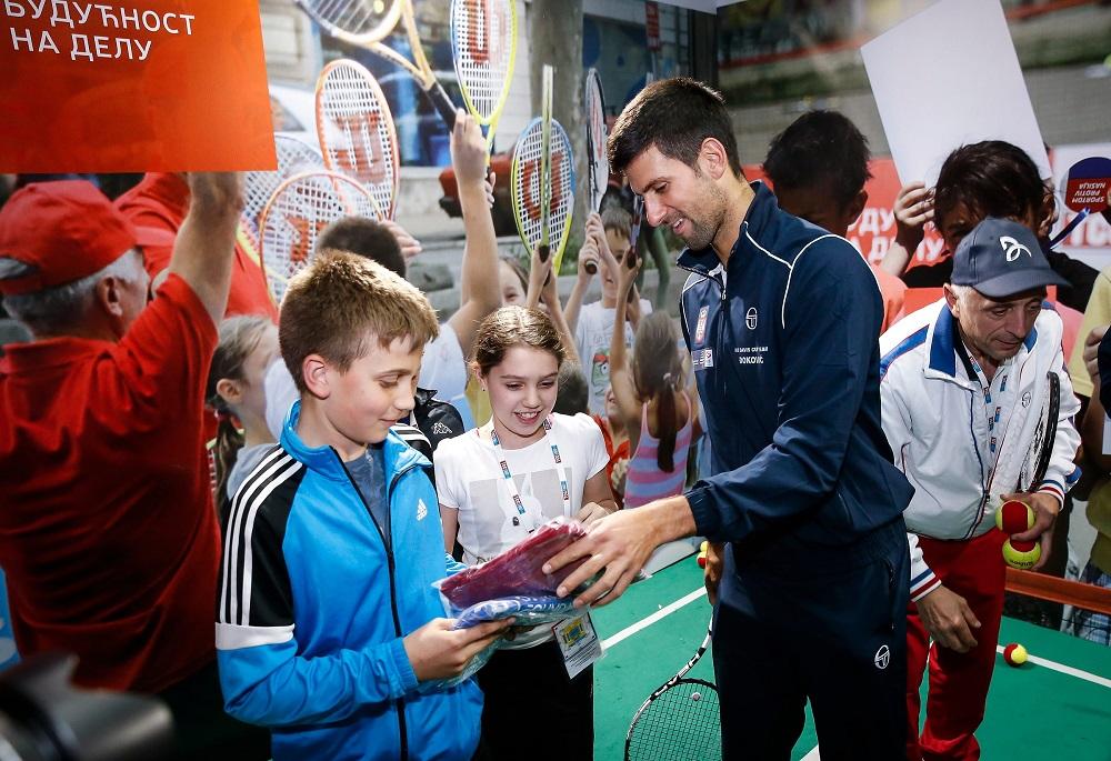 Новак Ђоковић, Виктор Троицки, Ненад Зимоњић и Душан Лајовић придружили су се малишанима на НИС отвореној школи тениса и одиграли са њима тениски меч\n