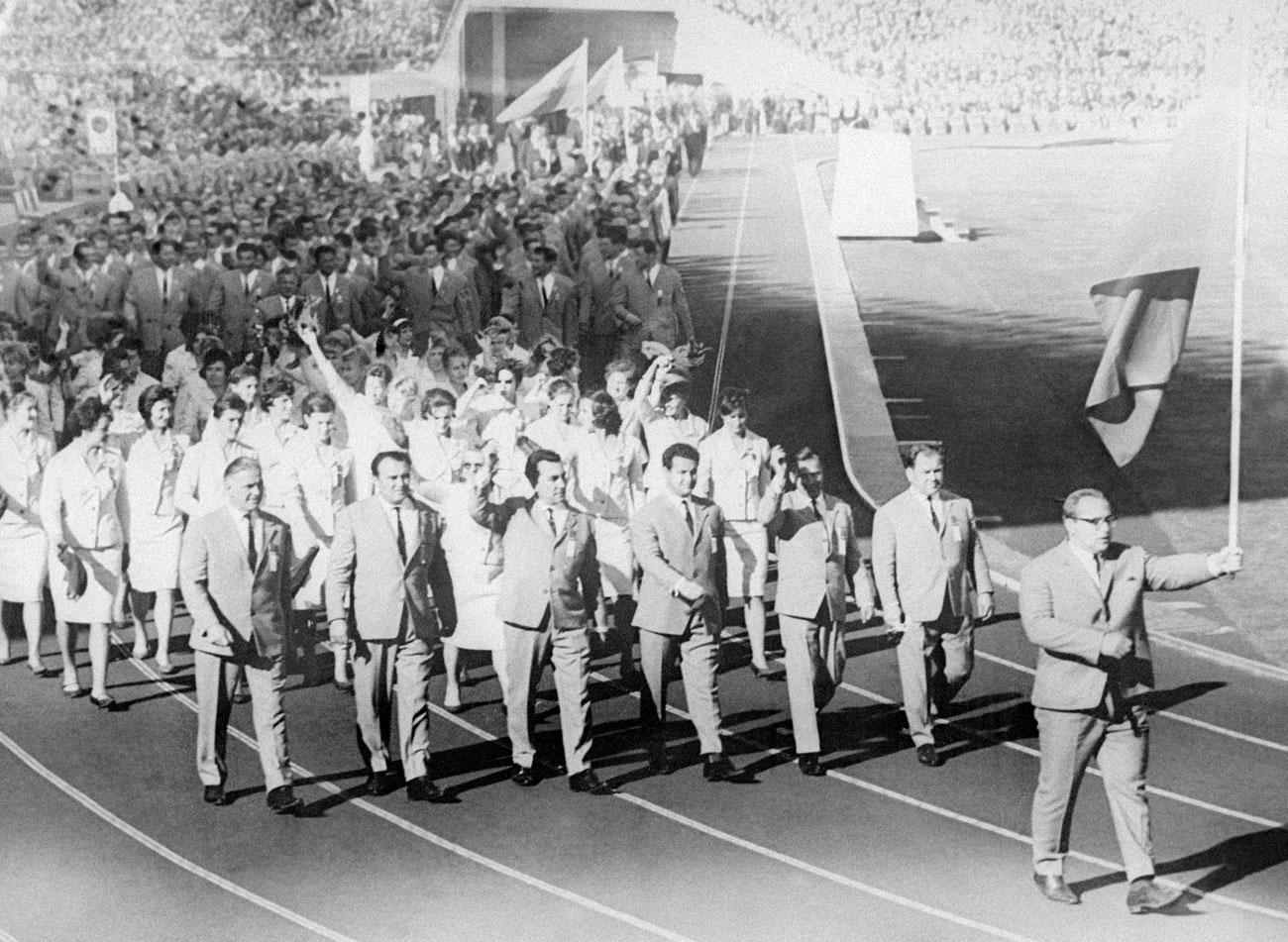 """1964 ТОКИОРуската гимнастичка Лариса Латинина пише за Олимпиадата в Токио в мемоарите си: """"С тъга си спомням своя олимпийски екип – черен вълнен бански костюм. Екипът трябваше да бъде разшит и ушит наново. Размерите бяха тотално объркани. А украшенията? Какви украшения? Това беше абсолютно забранено"""". Историята е типична за онези времена. Съветските дрехи не се славят с качество и стремеж към идеална форма. Официалните костюми също са много торбести – обемисти костюми, ушити от грубо сукно в сиво-зелено за мъжете и бяло за жените."""