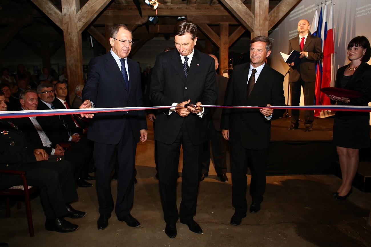 Slavnostna otvoritev bodočega spominskega centra v Mariboru leta 2014. V ospredju zunanji minister Rusije Sergej Lavrov, slovenski predsednik Borut Pahor in minister za zunanje zadeve Karl Erjavec.