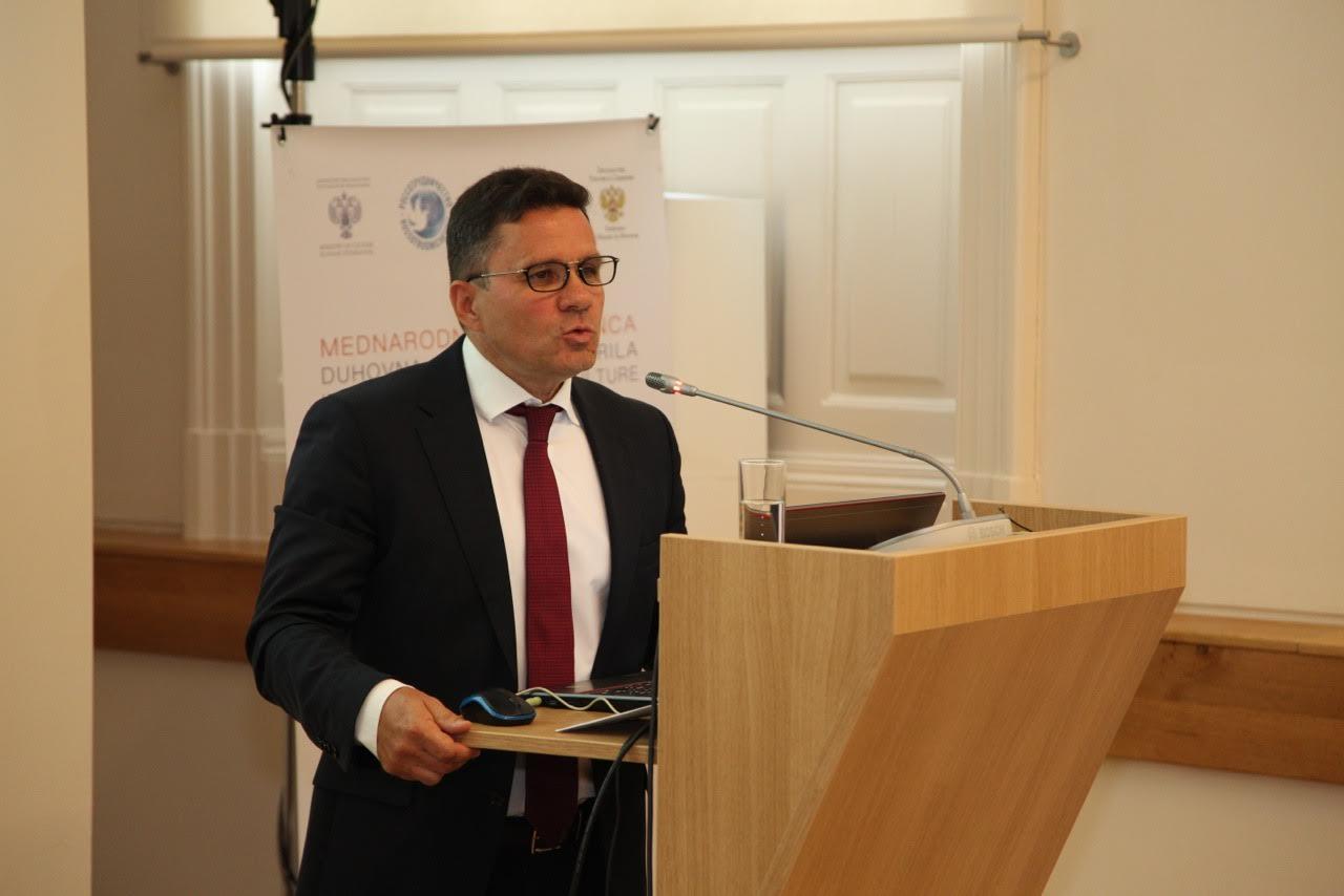 Direktor Državne knjižnice za tujo literaturo Rudomino Vadim Duda med nastopom na konferenci v Ljubljani.\n