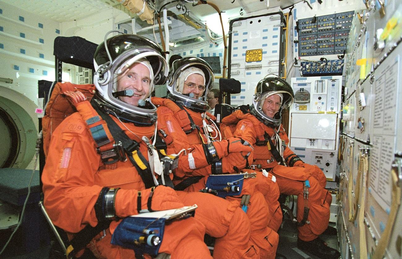 Kozmonavt Valerij I. Tokarev (spredaj), astronavt William S. McArthur, mlajši, oba letalska inženirja Osme posadke ter astronavt C. Michael Foale, poveljnik misije, sodelujejo pri usposabljanju v Vesoljskem centru Johnson (JSC). Vir: NASA