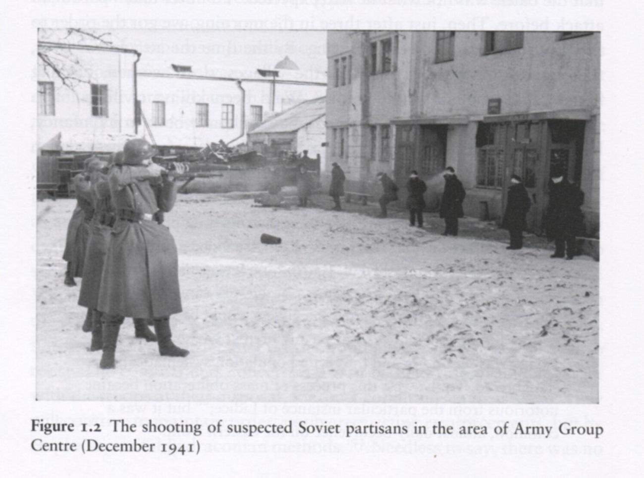 Nemški okupatorji streljajo osumljene partizane. Vir: David Stahel, The battle for Moscow