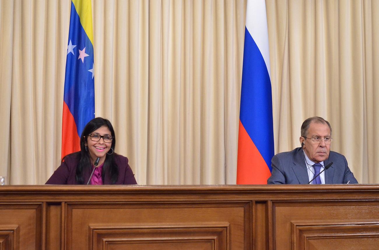Ministra venezuelana Delcy Rodríguez (esq.) reuniu-se com Lavrov em Moscou para rever acordos de cooperação