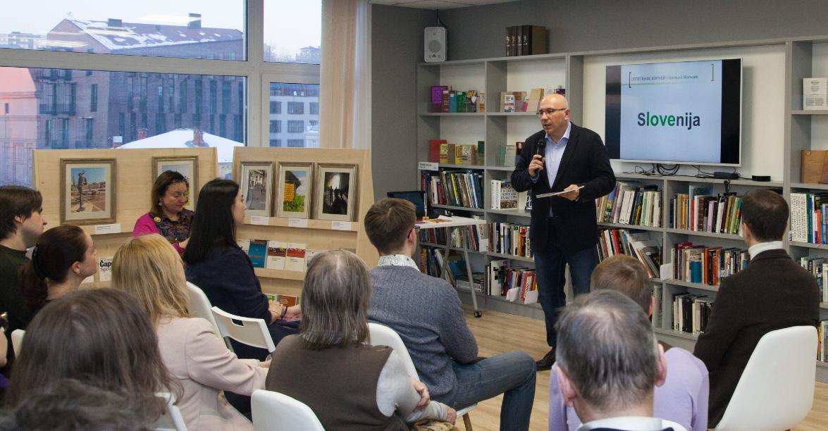 Avtor Valerij Maljcev pripoveduje gostom o svoji razstavi.\n
