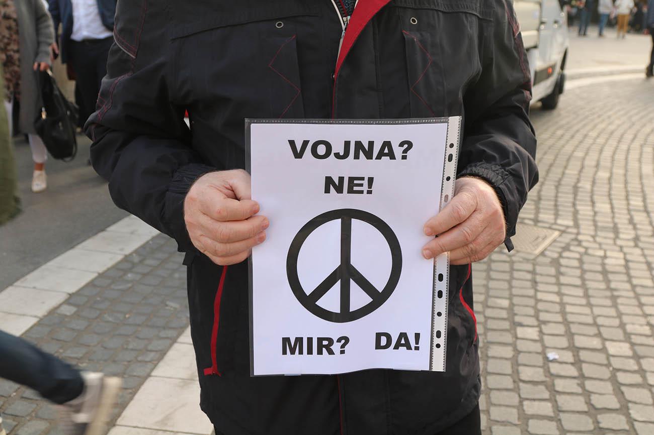 Protest proti napotitvi pripadnikov Slovenske vojske na operacijo zveze NATO v Latviji. Foto: Rudolf Baloh