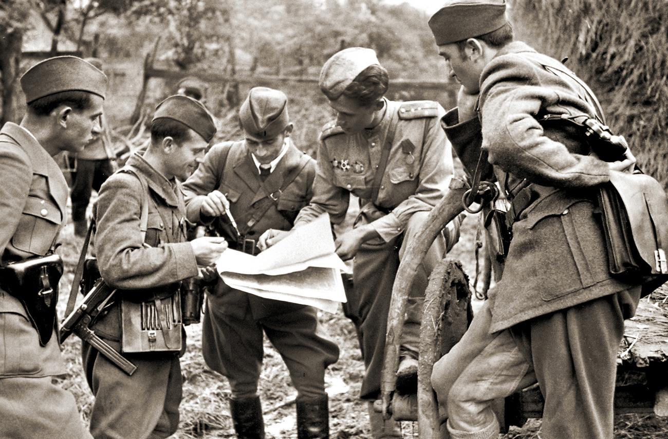 Štab brigade jugoslovanskih partizanov in oficir Sovjetske armade sprejemajo odločitev pred bojem, oktober 1944. Vir: Ruski državni arhiv kino-foto dokumentov / Ruski center znanosti in kulture / Rossotrudničestvo