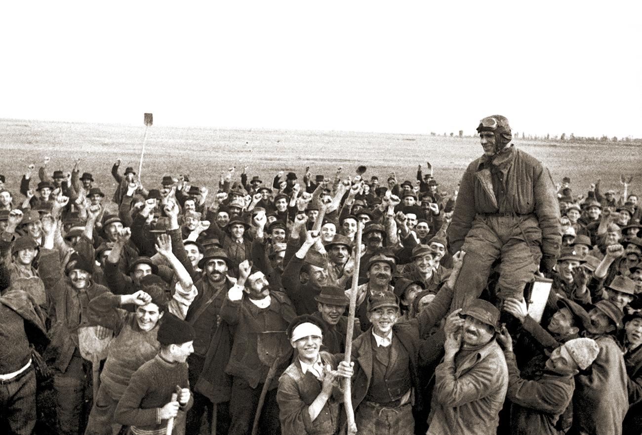 Jugoslovanski kmetje pozdravljajo sovjetskega pilota. Vir: Ruski državni arhiv kino-foto dokumentov / Ruski center znanosti in kulture / Rossotrudničestvo