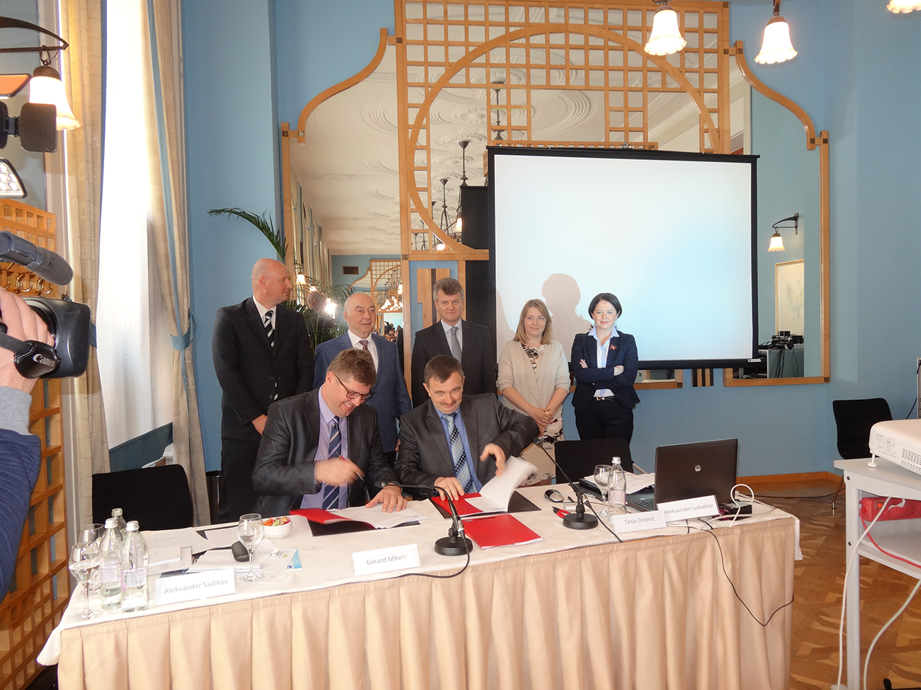 Podpis pogodbe o sodelovanju med ruskim podjetjem Garant-Plus in slovenskim podjetjem Sico, ki bosta zagnala skupen posel s proizvodnjo opreme za predelavo lesa in plastičnih odpadkov.