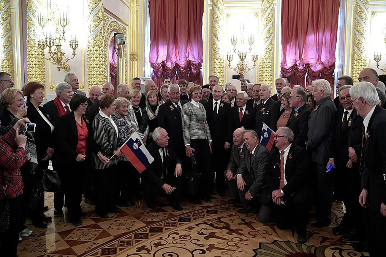 Putin s predstavniki delegacije in veterani iz Slovenije ob koncu slavnostnega sprejema ob dnevu zmage v Kremlju.