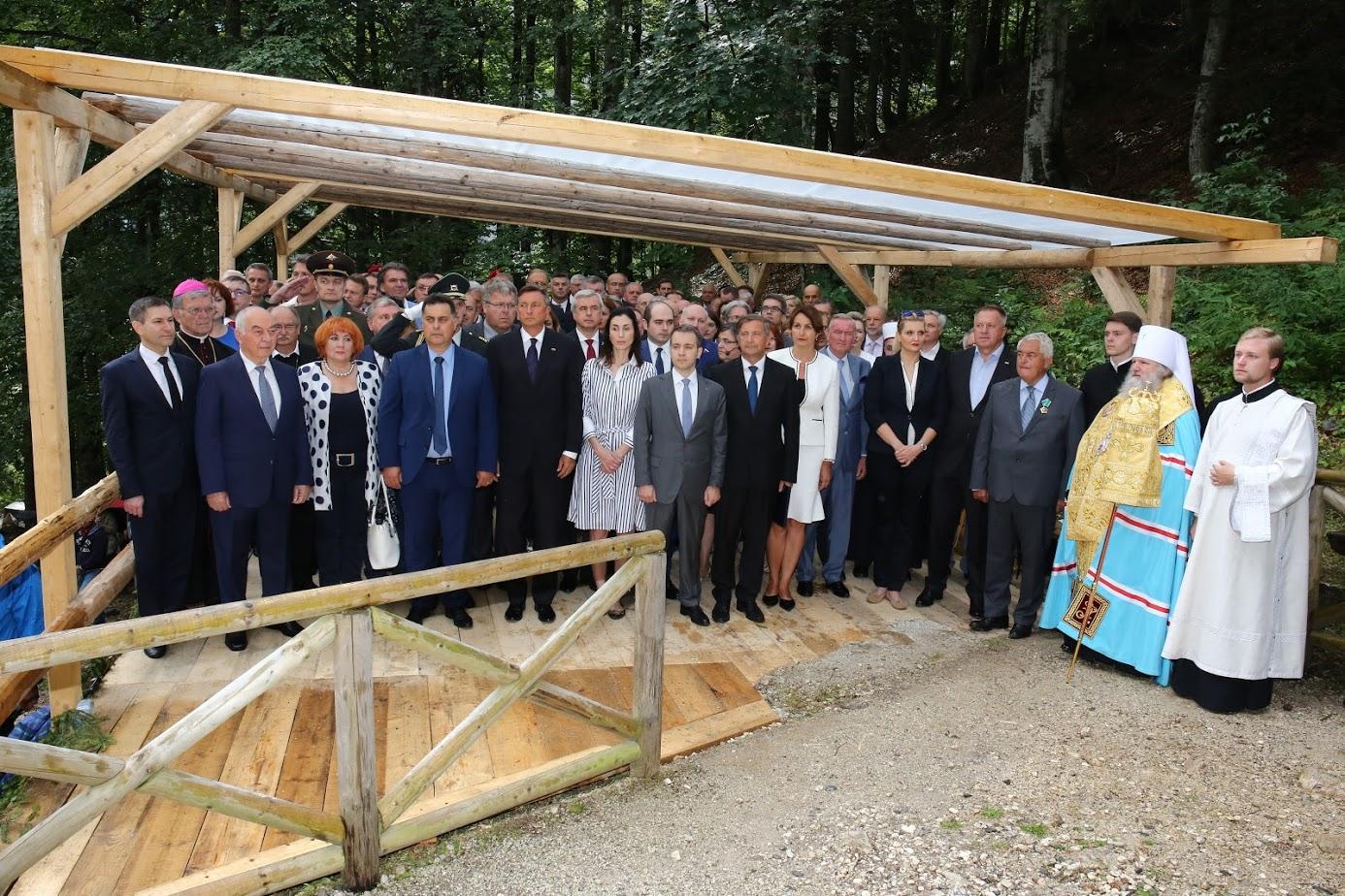 Rusko delegacijo je vodil minister za telekomunikacije in množične medije Nikolaj Nikiforov, slovensko pa zunanji minister Karl Erjavec (oba na sredini). V obeh delegacijah so bili predstavniki civilne družbe, duhovščine, diplomati in poslanci, tam sta bila tudi predsednik Borut Pahor in veleposlanik Doku Zavgajev.\n