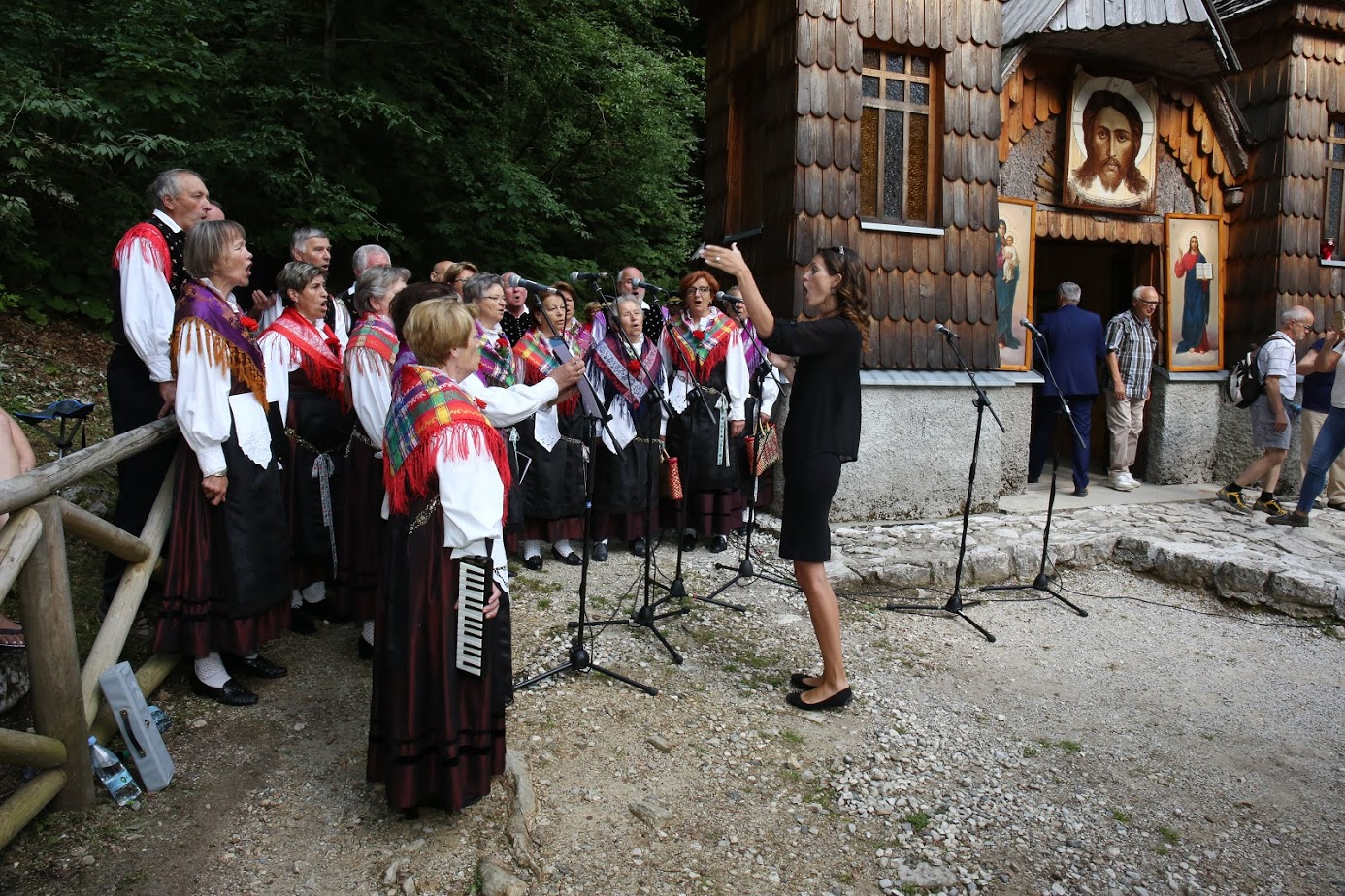 Utrinek iz kulturnega programa ob Ruski kapelici.\n